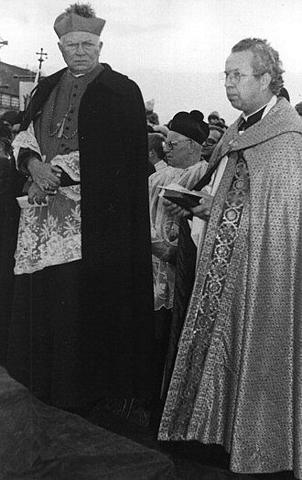 ks.  biskup A. Adamiuk oraz ks. K. Kołodziej